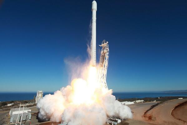 2306329-spacex-rocket-take-off